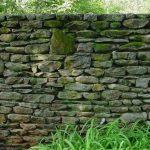 Ogrodzenie domu z kamienia
